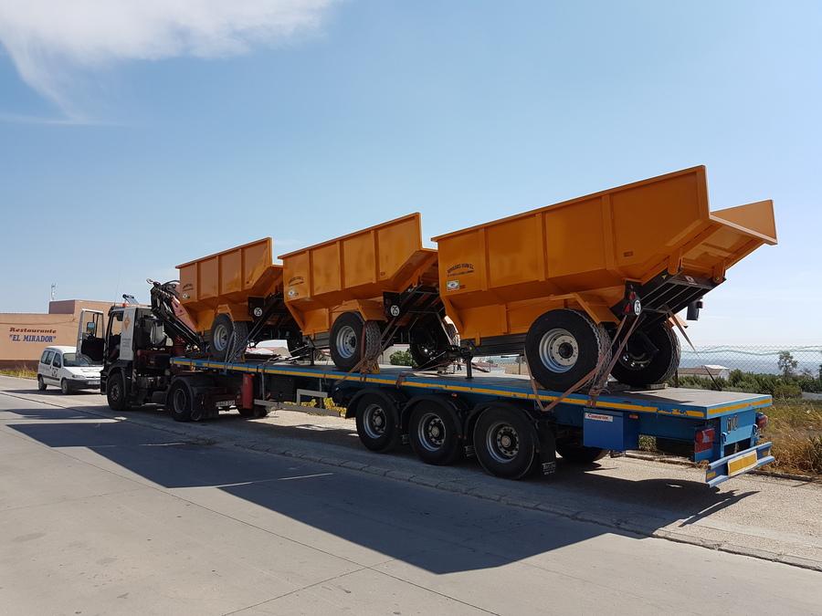 Camión con remolques elevadores